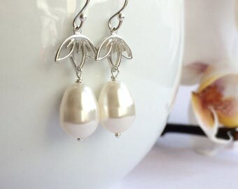 White Pearl Earrings, Bridesmaid gift, Bridal Pearl Earrings, Dangle pearl earrings, Beidesmaid earrings