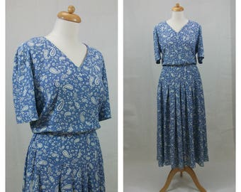 80s Vintage Dress. Blue dress. E. D. MICHAELS Paramecium print dress. Blue and white dress. Midi dress. Short sleeve dress. Size M.