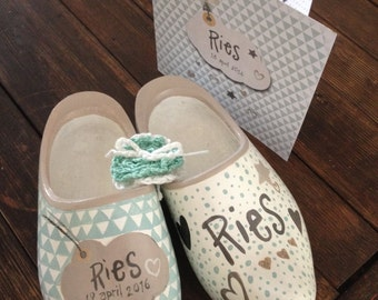 Personal handpainted birth and baptism nuggets with dots and mint green pattern triangles, name Ries