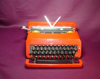 Machine à écrire OLIVETTI Valentine rouge. Typewriter Vintage. Design Ettore Sottsass. Italie