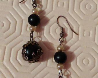 Earrings metal silver white & black pearls
