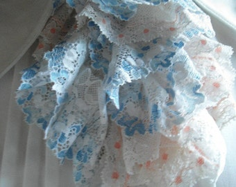 jabot in lace white/blue/pink