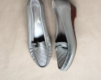 WEEKEND SALE ! vintage 70's tassel loafer /  loafers / shoe / taupe / comfy minimalistic / wedged heel loafer / size 8  / Made in the USA