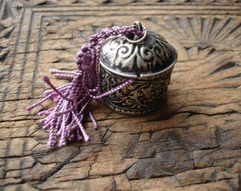 Moroccan pill snuff box  engraved tarnished round small pot with tassle