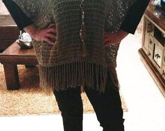 Вязаное пончо с бахромой/Knitted poncho with fringe