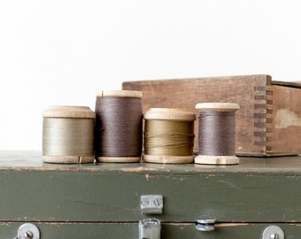 Vintage thread spools Wooden spools Brown decor Vintage sewing supplies Sewing room decor Photo prop Collectibles - set of 4