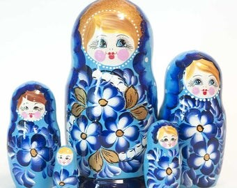 Nesting dolls Pansies on Blue. Russian matryoshka doll with flowers - kod548p