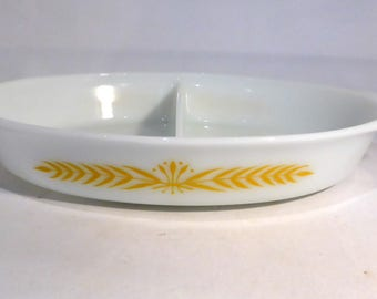 "Pyrex USA split casserole / serving dish with ""Royal Wheat"" design – original from the 1960s"