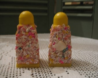 Salt & pepper shakers with tiny glitter shells and Palm souvenir. (collector's item).