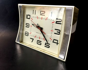 Mid Century General Electric Model 2106 Kitchen Clock. Vintage Wall or Counter/Table Clock in Working Condition.