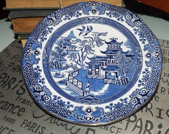 Vintage (c.1930s) Burgess & Leigh Burleigh Ware Blue Willow salad or pie plate.  Blue-and-white Chinoiserie pattern, gold edge.