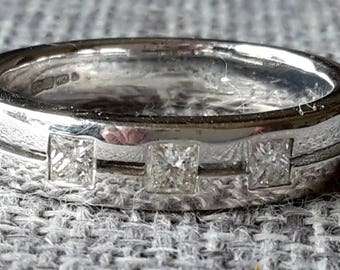 This is a stunning quality vintage heavy 18ct white gold 0.30 ct diamond eternity ring