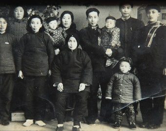 Old photos of China Family portraits 1950s Wooden photo frame Chinese people chinese photo