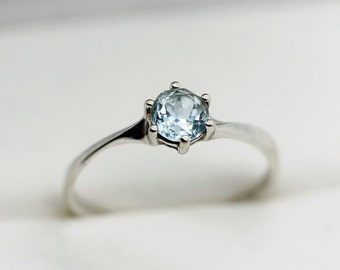 Small solitaire ring in solid 375/1000 9k 9ct white gold set with a beautiful blue topaz US Size 5.5