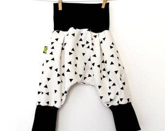 Scalable kids harem pants in white jersey and black triangles (from 6/9 months to 5/6 years)