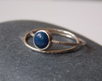 Silver fine and modern hammered ring with 2 interlace rings and a lapis stone. for woman