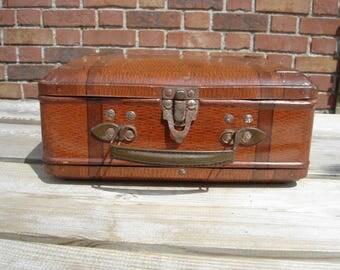 Boite tôle valise. Boite biscuit café chocolat sucre. Vintage. Tin box. France