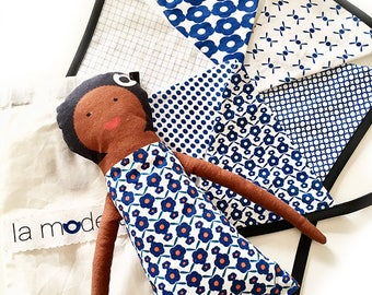 Poupée Aretha et guirlande 6 fanions en tissu assortie - motifs exclusifs La Modette - bleu
