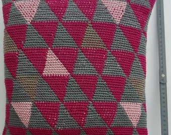 Decorative pillows in the TRIFORCE anthrazit pattern in the dark pink, pink and pebble colours. Crochet. incl. stuffing and zipper