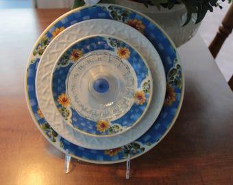 White and Blue Plate Glass Garden Flower / Glass Garden Art / Vintage Recycled Glass / Yard Art / Suncatcher / Gardener Gift