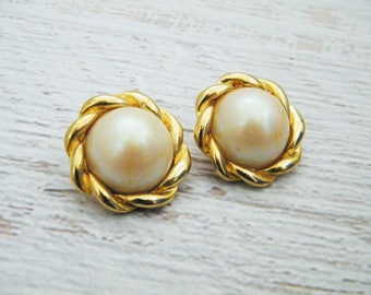 Ladies vintage large faux pearl & gold clip on stud earrings