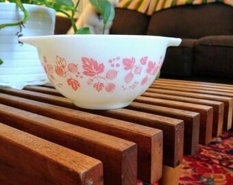 Vintage Pink and White Pyrex Gooseberry 441 1-1/2 Pint Cinderella Nesting Bowl Spout Milkglass