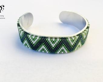 White and Green Bracelet made with Miyuki beads - Peyote technic -