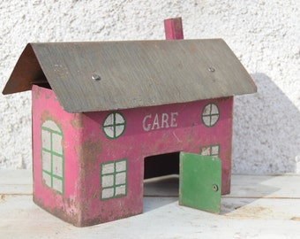 Station / old french painted metal toy