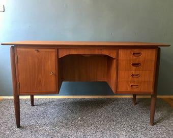 Free-standing Danish desk | freestanding desk | teakwood. 60s | Denmark