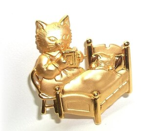 Mama Cat Reading Bedtime Story to Kitten JJ pin Jonette brooch gold tone