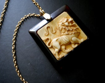 Mod vintage 60s  necklace with a large , square, tortoise pendant with a white-beige gemstone, curved, raising  lion.