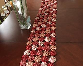 Tablerunner, yoyo quilt, red and cream, valentine