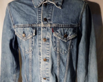 LJ154 Mens Vintage 80s LEVIS Faded Blue Button Up Red Tab Classic Styled Denim Standard 2-Pockets Jacket sz M
