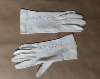 SALE! vintage 50's 1950's white gloves / cut out embroidered detail / womens