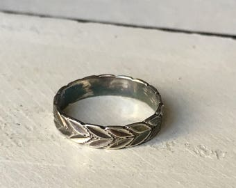 Vintage Sterling Silver Leaf Ring. Eternity Band Ring. Etched Leaf Design Ring. Leaf Pattern Ring. Stacking Ring. Midi Ring -Size 1.75