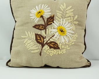 Hand sewn decorative pillow / Vintage throw pillow / Yarn art / Daisy floral design