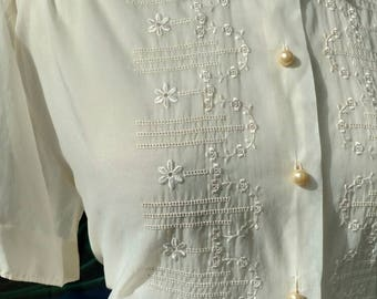 Kitschy-cute 1950s White Nylon Blouse with Embroidered Daisies