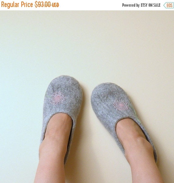 Felted slippers Neutral with pink dandelion - natural grey wool clogs - eco friendly- Mothers day gift - gift for her - wool clogs