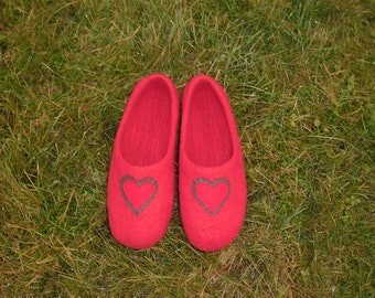 Red wool felted slippers. Women felted slippers. House shoes for women. Woolen flats for her. Wool house shoes with hearts