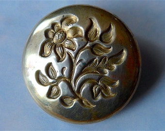 Golden Age button, antique.   A floral design with a plain background, gilt. Maker 'Bartleet & Sons, London', (Thomas Bartleet). c1835-50.