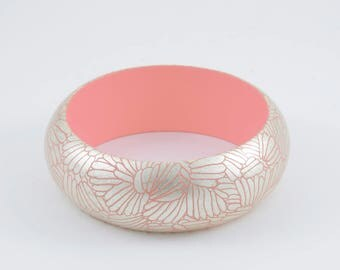 Bracelet Pale Pink. Engraved gold.