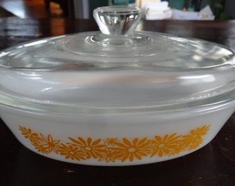 Vintage yellow daisy one quart 1 qt oval casserole with lid. Cheerful and cheery daisy white and yellow covered casserole!