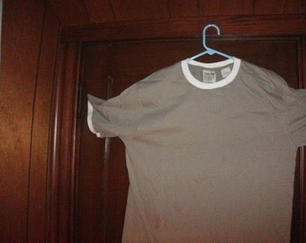 Timberland XXl t-shirt. it is a short sleeve. the color is beige/khaki with white ringer
