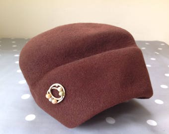 1940's brown felt hat with bow and brooch detail