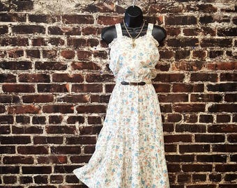 1970s Prairie Dress with Sweetheart Neckline. 70s Floral Dress with Lace Trim. White Cotton Sundress. Gunne Sax Style Size Small.