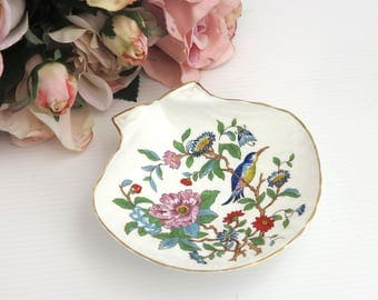 Aynsley shell shaped soap dish or trinket dish with Pembroke pattern, white bone china with flowers and bird, gilt trim, circa 1980s
