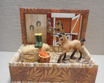 Miniature roombox - little horse in a stable