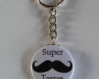 Badge Porte clés 38mm Super Tonton Moustache Cadeau Tonton.