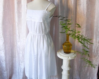 White vintage sleeveless dress / / dress white of straps and waist marked 70's / 80's