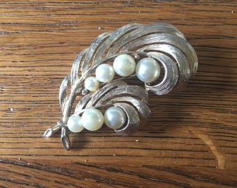 Feather vintage brooch - faux pearls - gold tone